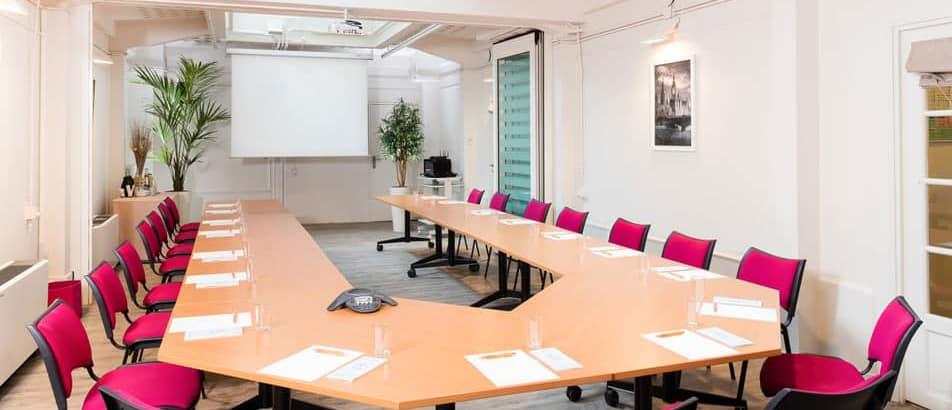 salle de reunion entièrement équipée à Paris Avenue Georges V
